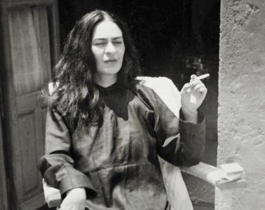 Frida-Kahlo-photograph-smoking